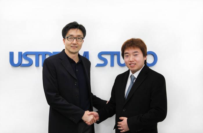 김진식 유스트림코리아 대표(왼쪽)와 양준철 온오프믹스 대표)가 협력계약을 체결한 후 악수하고 있다.