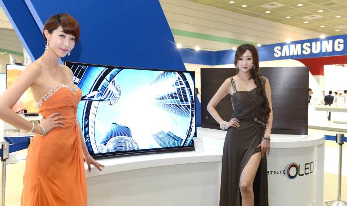 사진은 삼성전자는 지난달 월드IT쇼(WIS2013)에서 처음 공개한 `55인치 곡면 OLED TV` 모습. <전자신문DB>