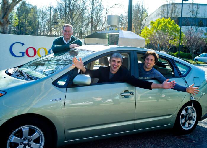 구글 CEO 에릭 슈미트(맨 왼쪽)와 공동창업자 래리 페이지, 세르게이 브린이 무인자동차를 타고 있다. (자료:구글 공식 블로그)