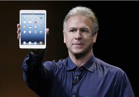 필 쉴러 애플 마케팅 총괄이 아이패드 미니를 선보이고 있다.