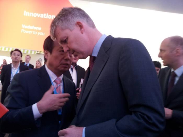 6일 개막한 `IFA 2013`에서 보다폰 부스를 방문한 신종균 삼성전자 사장(왼쪽)이 옌스 슐테-보쿰 독일 보다폰 사장(오른쪽)에게 귓속말을 하고 있다.