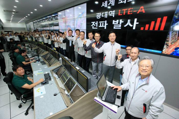 KT 과천 망관제 센터에서 KT 이석채 회장(오른쪽 첫 번째)이 `광대역 LTE-A` 주파수 송출 버튼을 누르고 임직원들이 함께 축하하고 있다
