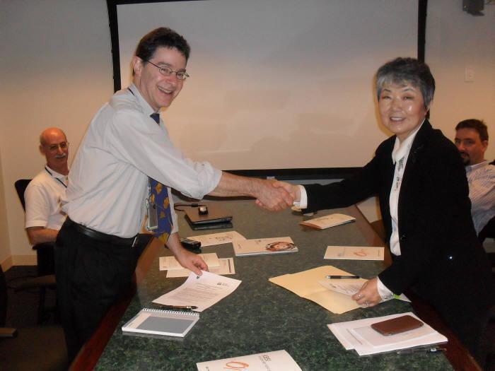 정광화 기초과학지원연구원장(오른쪽)이 부르스 로젠 미국 하버드 의대 MGH 산하 마르티노스센터장과 연구협력 협약을 체결한뒤 악수했다.