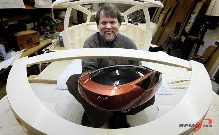 팀 리더 '짐 콜(Jim Kor)'이 3D프린터로 만든 모형과 차체를 선보이고 있다.(사진=Carscoops.com)