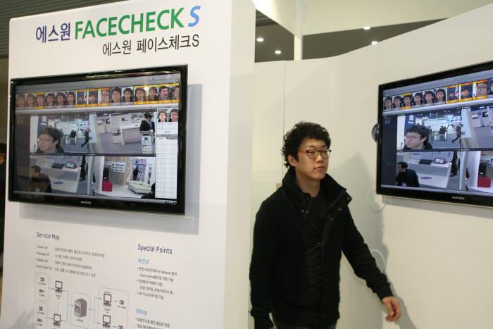 에스원 직원이 얼굴인식출입관리시스템인 `페이스체크S`를 지나고 있다.