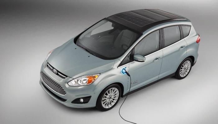 태양광 패널을 차량 지붕에 장착한 포드의 `C-맥스 솔라 에너지` 컨셉트카.