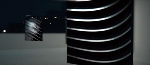 갤럭시S6가 메탈임을 보여주는 삼성의 티저 광고는 이 단말기가 메탈재질의 한층 얇아진 단말기라는 점을 강조하고 있다. <사진=삼성>