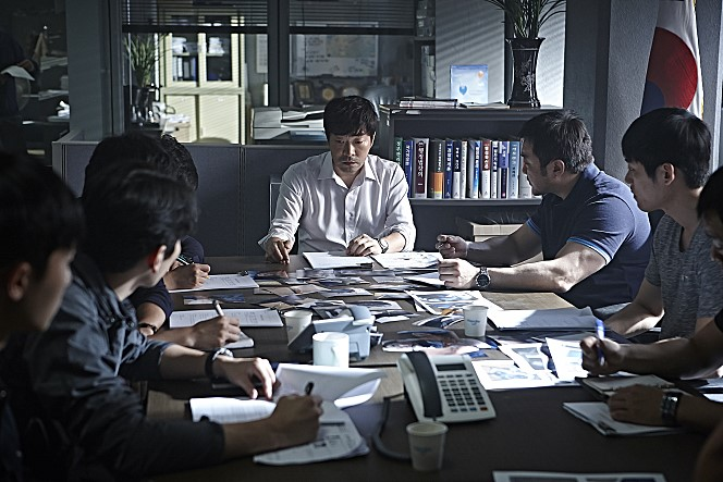 '군도' 이후 1년 만에 스크린으로 돌아온 마동석이 영화 '악의 연대기'로 돌아온다. 그는  '최반장'(손현주 역)의 든든한 오른팔 '오형사'을 맡아 열연했다. <br />출처: 악의 연대기 공식 홈페이지