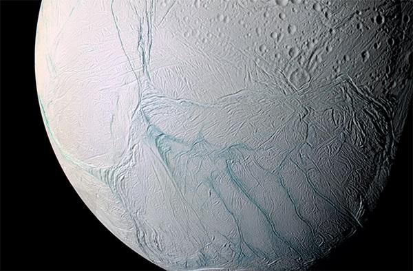 카시니 탐사선에서 호랑이 줄무늬로 파인 엔셀라두스의 남극을 근접비행해 본 모습. 갈라진 엔셀라두스 지표면. 상대적으로 크레이터 충격이 적은 것은 이 달의 지각이 유년기임을 보여준다. 얼음은 판활동에 따라 새로운 층으로 계속해서 바뀐다. 사진=나사,JPL,칼테크