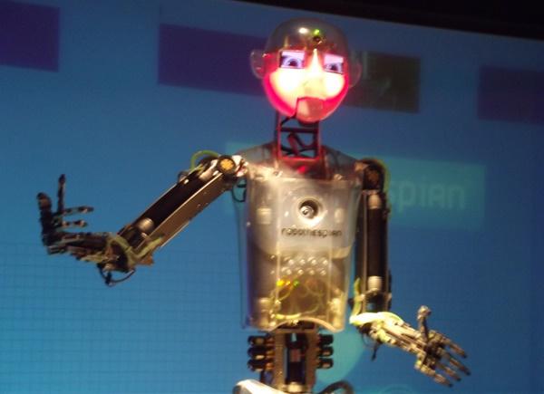 놀랍게도 패션모델이 로봇으로 대체될 가능성이 97.6%에 이르는 것으로 조사됐다. 영국의 엔지니어드아츠는 완전히 상호 소통하는 로보테스피안(RoboThespian)이란 로봇을 만들었다. 이 로봇은 눈을 깜빡이고 상대방과 마주치며 상대방의 분위기와 나이를 추정하며 노래도 부른다. 사진=위키미디아