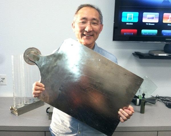 데니스 오가와가 리퀴드메탈의 뛰어난 전성과 내 부식성을 보여주는 사진을 블로그에 올렸다. 이 사진은 그가 10년전 리퀴드메탈을 늘려서 펼쳐 보인 모습이다. 53x40cm에 무게는 5.45kg이다. 사진=리퀴드메탈 테크놀로지블로그