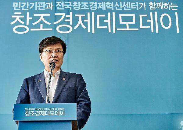 ▲사진설명 : 본 행사에 앞서 격려인사를 하고 있는 최양희 장관.