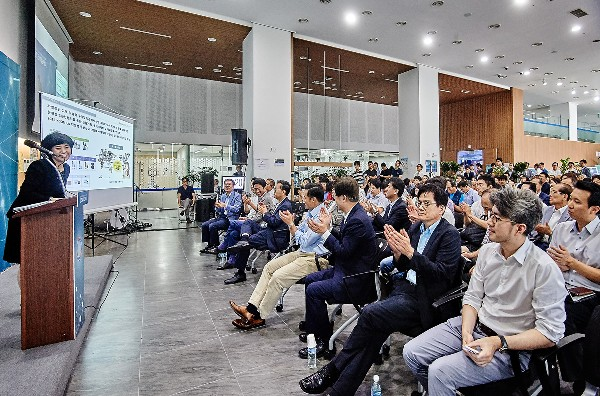 ▲사진설명 : '창조경제 데모데이' 참가 기업들이 투자자들 앞에서 제품 및 서비스 소개·시연을 하고 있다.