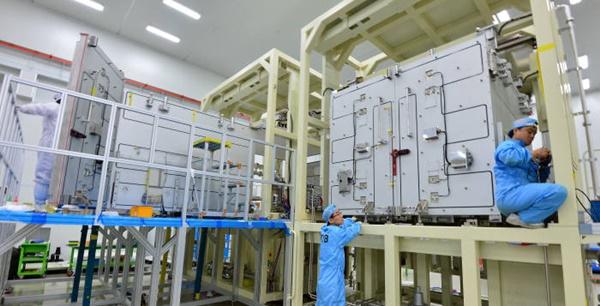 옥사이드 박막트랜지스터(TFT) 패널 수요 증가로 업체들이 관련 설비 투자에 나서고 있다. 비아트론에서 연구원이 옥사이드 TFT 패널용 열처리 장비에 들어갈 부품을 확인하고 있다.