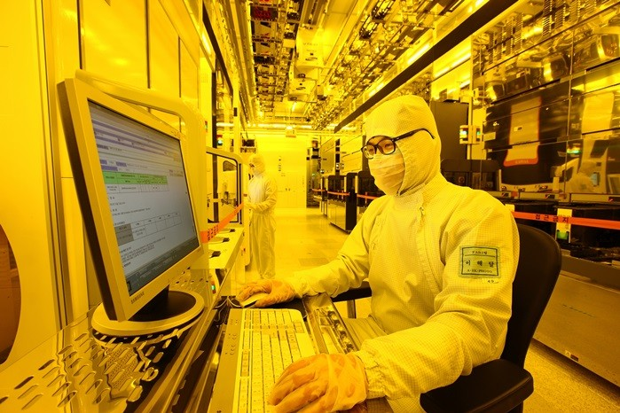 삼성전자 반도체 생산공장에서 한 연구원이 공정 진행과정을 모니터로 살펴보고 있다.