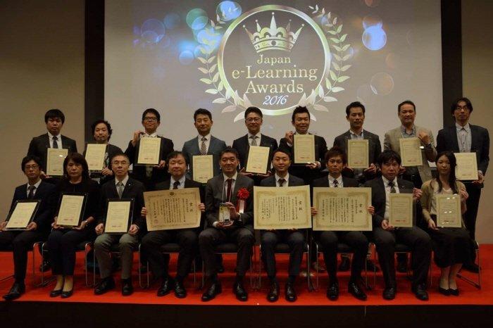 26일 일본 도쿄에서 열린 `제13회 이러닝 어워드 2016`에서 글로벌상을 수상한 액시스소프트, 사진 뒷줄 왼쪽에서 네번째가 박경근 대표이사  (사진=액시스소프트 제공)