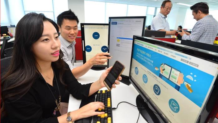 농협 직원이 API 서비스를 테스트하고 있다. 김동욱기자 gphoto@etnews.com
