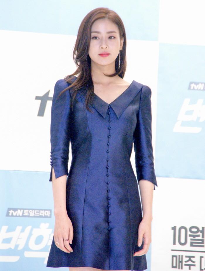12일 서울 영등포구 타임스퀘어 아모리스홀에서는 tvN 새 토일드라마 '변혁의 사랑' 제작발표회가 개최됐다. 주연배우 강소라가 포토타임에 응하고 있다.