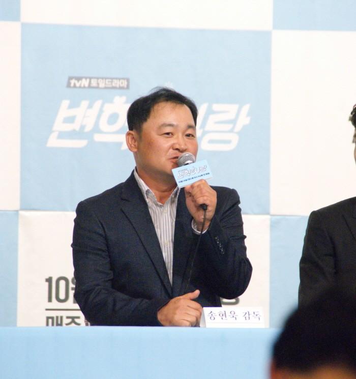 12일 서울 영등포구 타임스퀘어 아모리스홀에서는 tvN 새 토일드라마 '변혁의 사랑' 제작발표회가 개최됐다. 연출을 맡은 송현욱 감독이 질의응답에 응하고 있다.