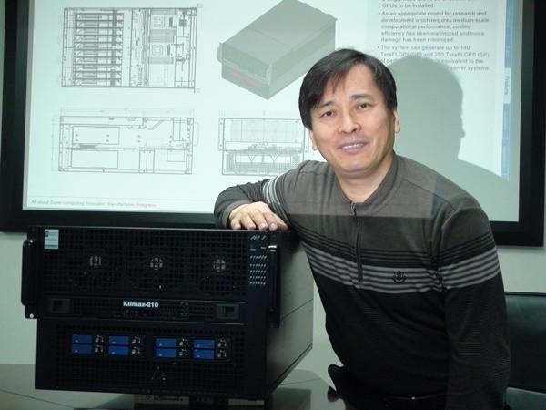 이동학 코코링크 사장이 최신 슈퍼컴 클라이맥스-페타큐브를 구성하는 클라이맥스-210과 함께 포즈를 취했다. 클라이맥스-210S 10대가 클라이맥스-페타큐브 슈퍼컴 1대를 구성한다.