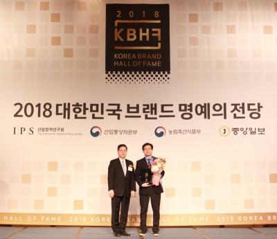 시원스쿨의 김훈 부사장이 '2018 대한민국 브랜드 명예의 전당' 시상식에서 영어교육 부문 대상을 수상하고 있다. 사진=시원스쿨,