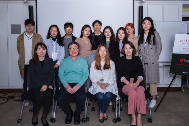 크레너 브랜딩과 유타대학교 아시아캠퍼스 관계자들이 헬스케어 커뮤니케이션 워크숍을 갖고 대학생들과 기념촬영하고 있다.