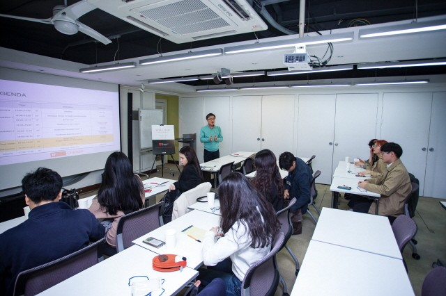 김충현 유타대 교수가 크레너 브랜딩과 유타대학교 아시아캠퍼스 간의 산학협력 일환으로 개최된 헬스케어 커뮤니케이션 워크숍에서 강의를 하고 있다.