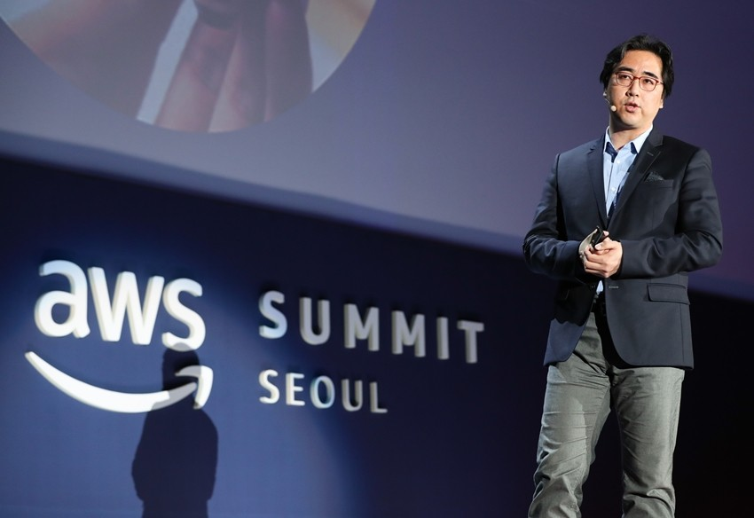 AWS Summit Seoul 2018에서 기조연설을 하고 있는 LG전자 김동욱 상무