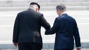 """김정은 """"지금 넘어가 볼까요""""…외신 선정 명장면 '월경'"""