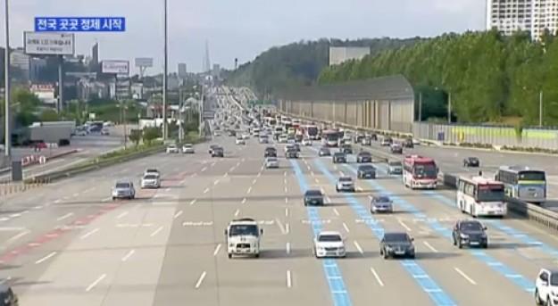 사진=7일 고속도로 교통정체가 나타나면서 나들이객들의 발목을 붙잡고 있다.