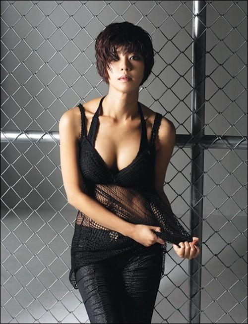사진=배우 이윤지의 섹시 화보가 누리꾼들에게 새삼 관심 받고 있다.