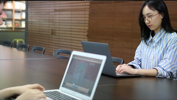 포그리트 뷰저블 서비스 담당자가 그로스 해킹을 위해 UX 데이터를 파악하고 있다.