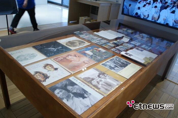 11일 서울 종로구 세종문화회관 세종미술관에서는 정태춘·박은옥 40주년 기념 트리뷰트 전시회 '다시, 건너간다' 기자간담회가 개최됐다. 아카이브 전시 모습.
