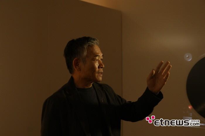 11일 서울 종로구 세종문화회관 세종미술관에서는 정태춘·박은옥 40주년 기념 트리뷰트 전시회 '다시, 건너간다' 기자간담회가 개최됐다. 전시물을 설명하는 정태춘의 모습.