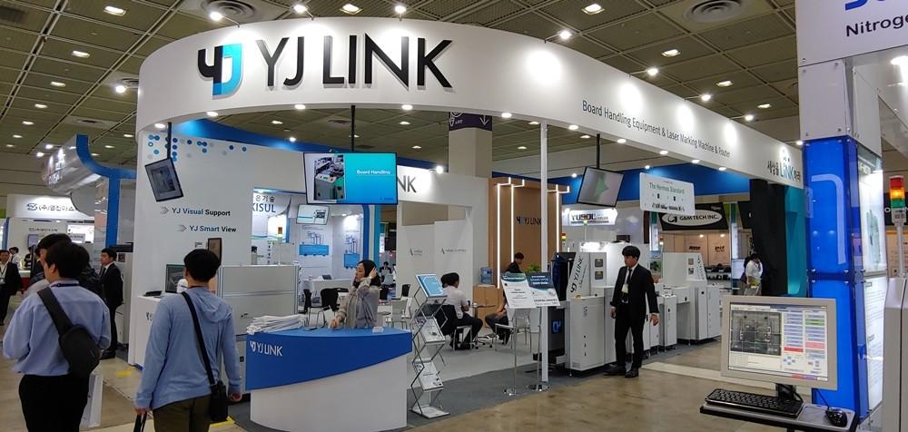 YJ링크가 '2019 한국전자제조산업전'에 참가해 AR·헤르메스 기반 SMT 주변기기를 선보이고 있다.
