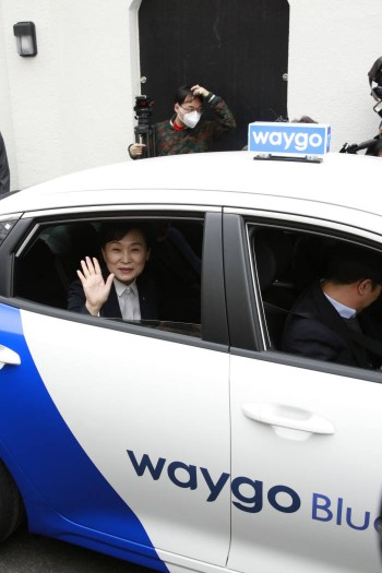 웨이고 블루 택시를 시승한 국토교통부 김현미 장관. 사진=타고솔루션즈