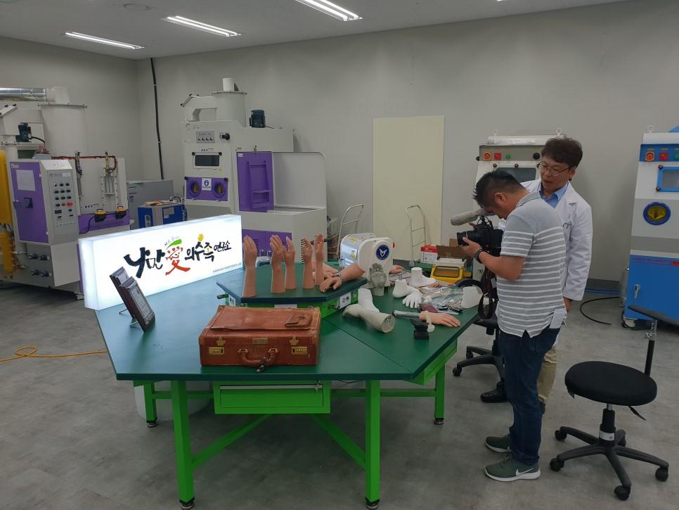 모 방송국에서 나와 진주 판문동에 있는 나만애의수족연구소를 촬영하고 있다.