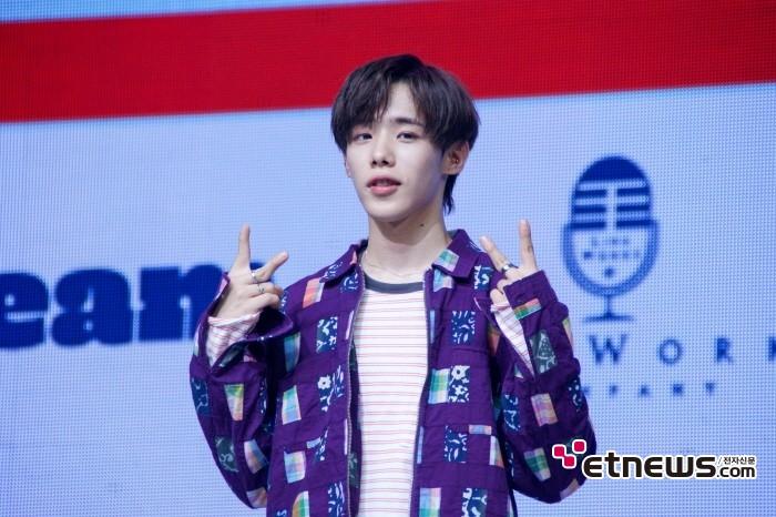 10일 서울 광진구 예스24 라이브홀에서는 보이그룹 1TEAM(원팀) 미니 2집 'JUST(저스트)' 발매기념 쇼케이스가 열렸다. 멤버 진우의 모습.