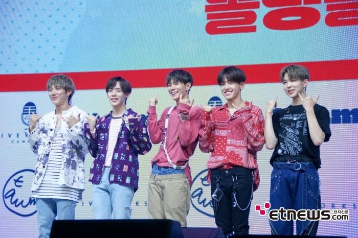 10일 서울 광진구 예스24 라이브홀에서는 보이그룹 1TEAM(원팀) 미니 2집 'JUST(저스트)' 발매기념 쇼케이스가 열렸다.
