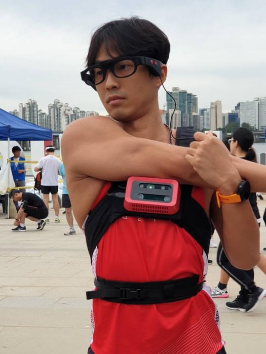 시각장애인 마라토너 한동호 선수가 웰컴드림글래스를 착용, 마라톤에 참가했다. 출발에 앞서 몸을 풀고 있다.
