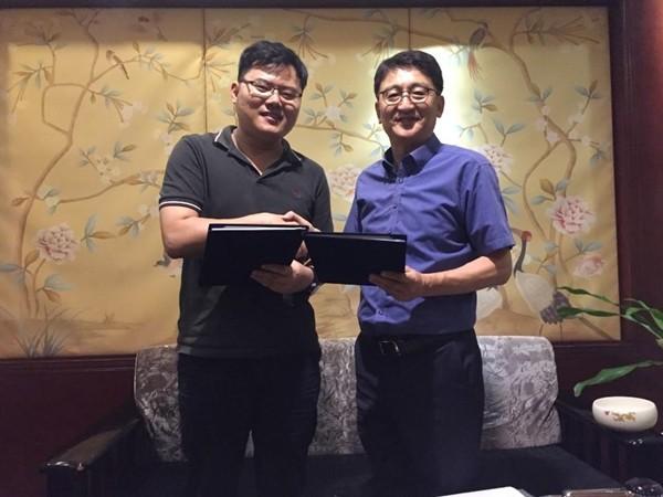 오앤이교육 이재화 대표(오른쪽)와 중국 계림상수신시과기유한공사 닝웨이 대표가 수출 계약을 체결한 후 기념촬영하고 있다.
