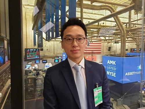 사진-NASDAQ TV NYSE 인터뷰를 마친 스타라이온컴퍼니 고태호 대표가 뉴욕증권거래소에서 기념 촬영을 하고 있다.