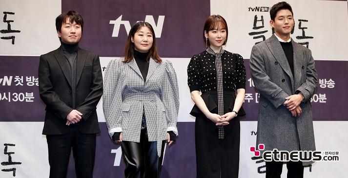 tvN 새 월화드라마 '블랙독' 제작발표회가 11일 오후 서울 구로구 신도림 라마다 호텔에서 진행됐다. 이창훈(왼쪽부터), 라미란, 서현진, 하준이 참석해 포즈를 취하고 있다. / 사진 = 김승진 기자