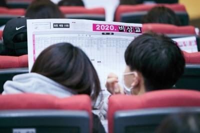 학생들이 배치표를 보고 있다. 사진=비상교육.
