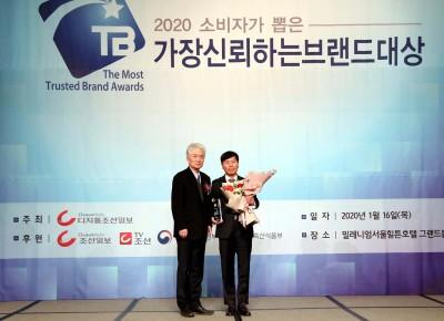 보람그룹 이종수 신채널사업국 국장(우)이 기념 사진을 촬영하고 있다. 사진=보람상조.