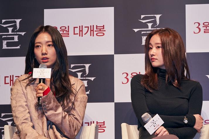 영화 '콜'의 주인공 서연 역을 맡은 배우 박신혜와 영숙 역의 전종서가 기자들의 질문에 답하고 있다. (사진 제공 = NEW)