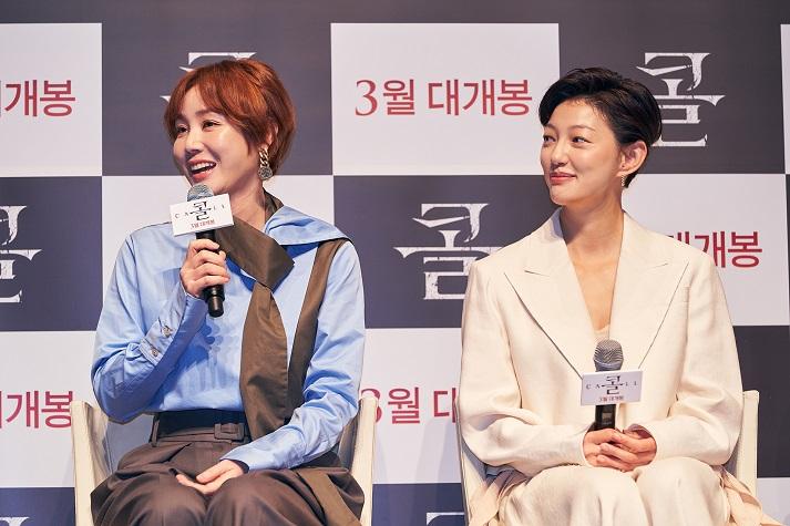배우 김성령과 이엘이 17일 서울 강남구 CGV 압구정에서 열린 영화 '콜' 제작보고회에 참석해 질의응답 하고 있다.