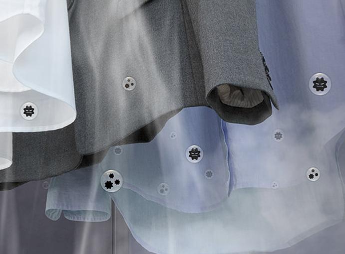 삼성 에어드레서는 의류 내부와 외부에 바람을 내보내 옷을 흔든다.