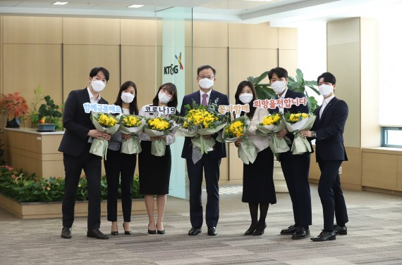 President of the KT & G Paik Bok-in (fourth from the left) is taking a commemorative photo after delivering flowers to the employees ahead of the foundation anniversary. Source = KT & G