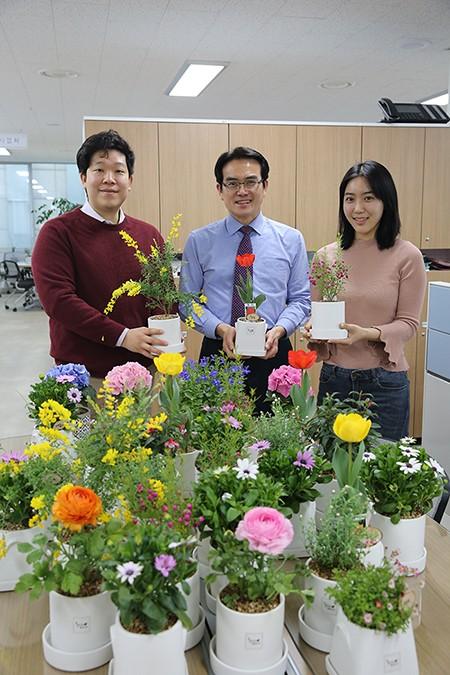한국국토정보공사 LX가 식목일을 맞아 화훼농가 돕기에 나섰다.